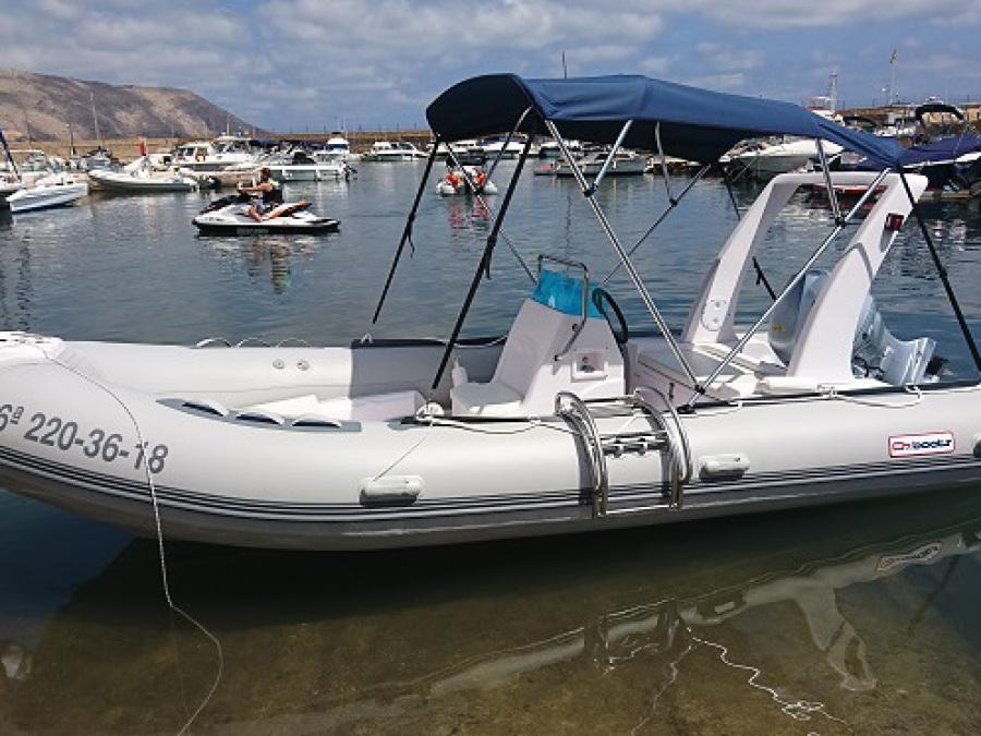 Bateau RIB 520 avec moteur Honda 50cv, puissant et rapide pour naviguer en bateau le long de la Costa Blanca d'Alicante, en Espagne. vous avez besoin d'une licence de navigation pour deux milles marins. Nous sommes à Portosenso, à Altea.