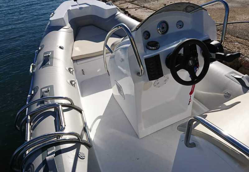 Neumatica RIB580 con 100cv de potencia, año 2020, nuevo a extrenar. Ven a  navegar con nuestros barcos de alquiler por Altea, descubre la isla de Altea y la bahia. con nuestros barcos de alquiler de Portosenso
