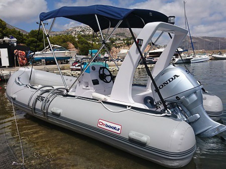 alquiler barco neumatica RIB 520. 50 cv y 7 pasajeros, navegar en embarcación de alquiler en Altea, Calpe, Benidorm, Moraira, Campomanes, Denia, Javea, Villajoyosa, Albir