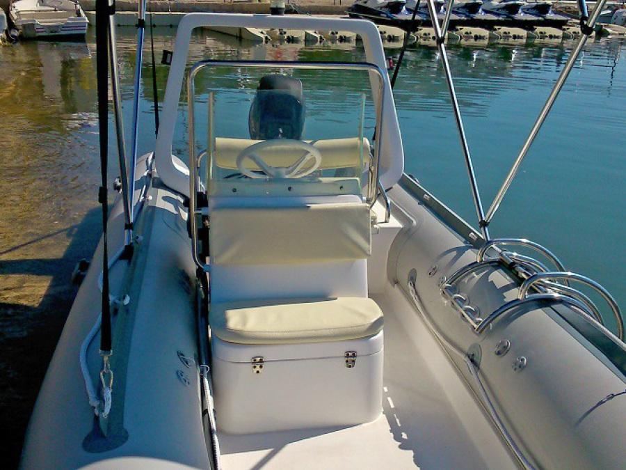 barco de alquiler sin licencia equipàdo con toldo, escalera, chalecos