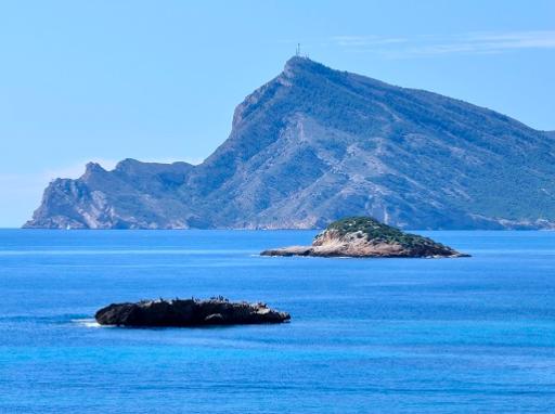 Desde el Puerto de portosenso, tardaras unos cinco minutos en llegar con el barco de alquiler a la isla de la olla, tambien conocida como isla de Altea.