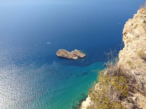 La isla mediana esta situada en Serra Gelada, puedes llegar navegando en unos cuarenta minutos desde el puerto base de nuestras embarcaciones alquiladas en Portosenso.