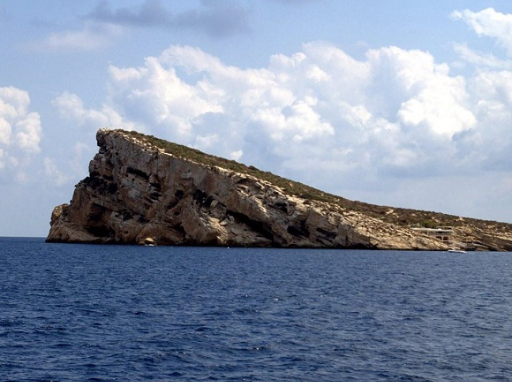 Para llegar a la Isla de Benidorm en un barco sin licencia alquilado en Portosenso, Altea, necesitas aproximadamente una hora de navegación. encontraras muchos lugares para bañarte con tus amigos y familia