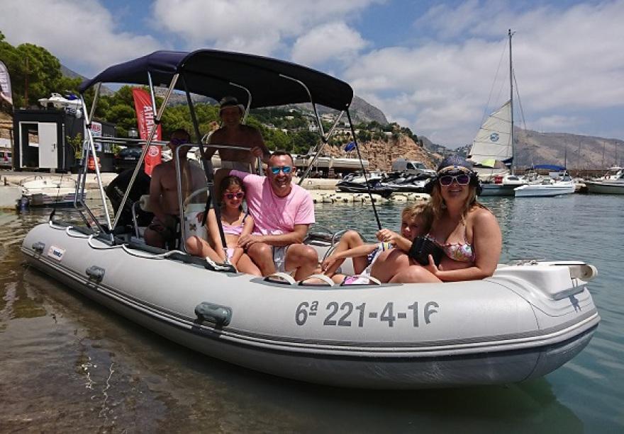 Embarcacion gris con equipación para el alquiler en Albir