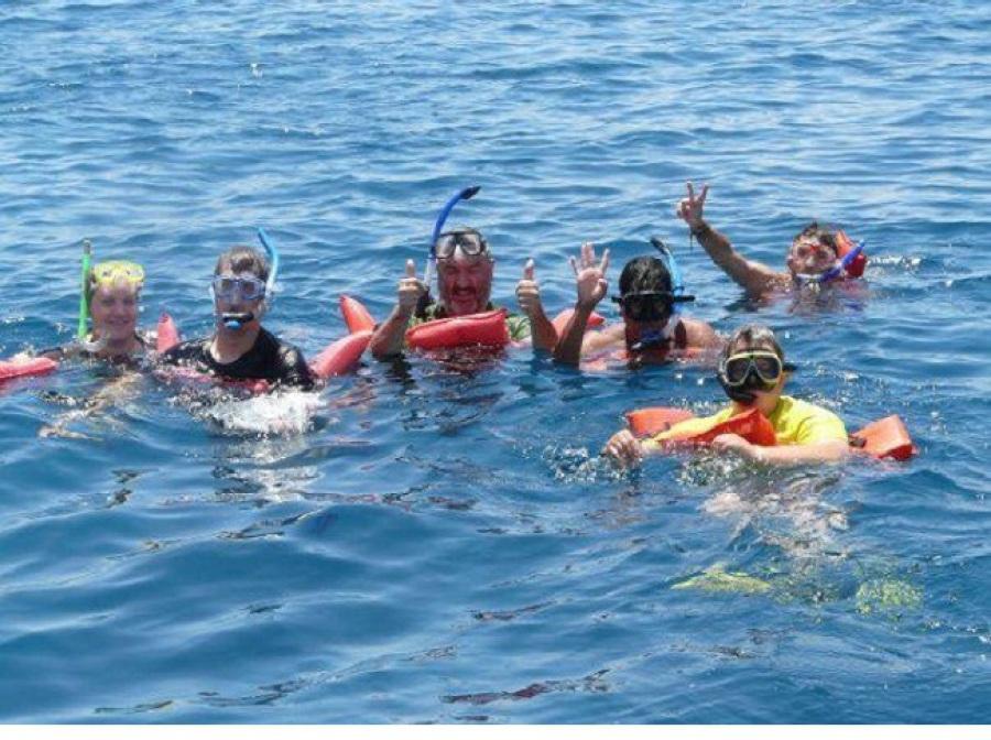 grupo de bañistas disfrutando del mar en Albir