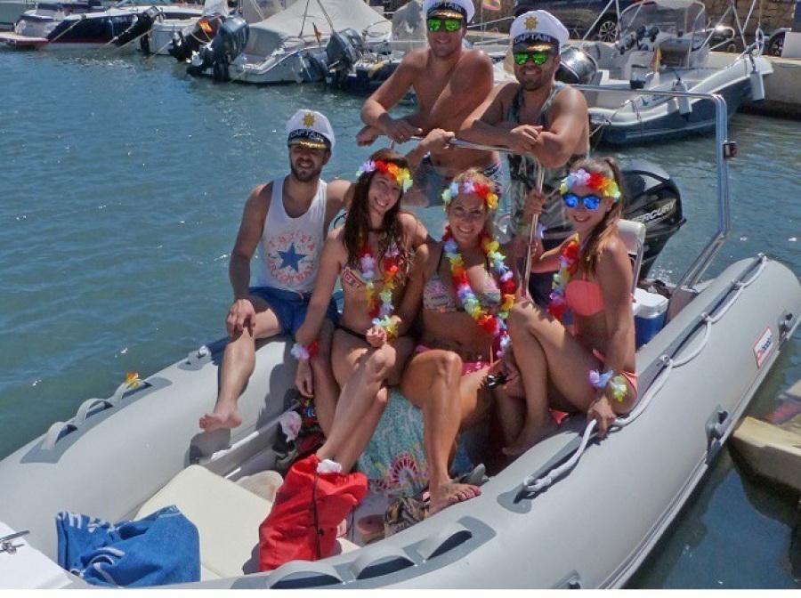 celebración cumpleaños en barco cerca de Denia